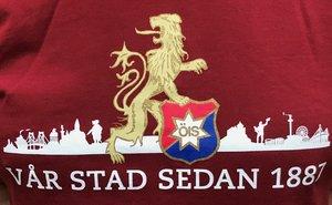 Vinröd t-shirt, Vår stad sedan 1887