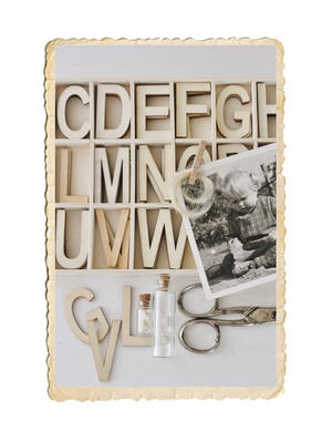 Liten trälåda med träbokstäver A-Z, total 78 bokstäver