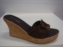 Skechers slip-in med kilklack, brunt skinn med ett fint smycke