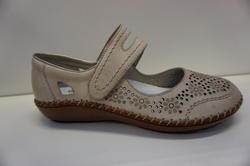 Slejf-sko i beige skinn. Märke: Rieker