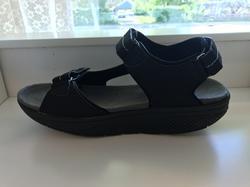 """Herrsandal med rundad sula, svarta.  """"Walkmaxx""""  Dom här skorna håller dina fötter friska och frächa, aktiverar dina muskler och stärker ryggen."""