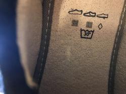 Herr-toffel svart med brett kardborband, som gör att dom är lätta att sätta på och lätta att justera passformen. Uttagbar innersula. Kan även användas utomhus. Går att tvätta.