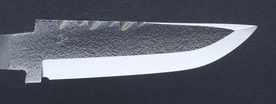 21F Blad i 13C26 stål, nålhamrad med sned skaftinfinfattning och filad ryggdekor.