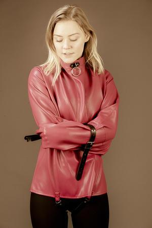 Tvångströja i mjukt rosa Vegan/PU-läder