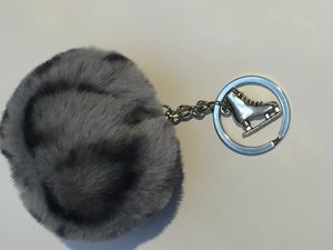 Nyckelring fluffig boll med silverberlock på