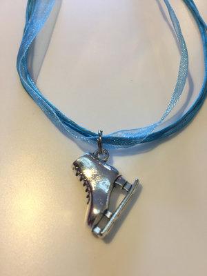 Halsband i band med skridskoberlock