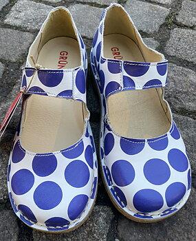 Bred sko från Grunbein, modell Gerda H, blåprickig