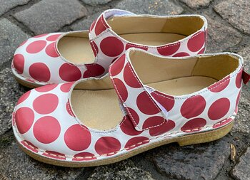 Bred sko från Grunbein, modell Gerda H, rödprickig