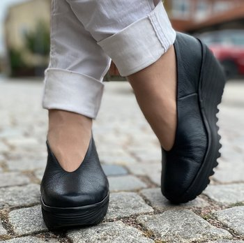 Svart sko med kilklack  från Fly London, modell Mousse/ YAZ