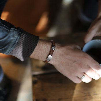 """Brunt läderarmband med gravyr """"älskad son"""", 8mm, 16-21,5cm"""