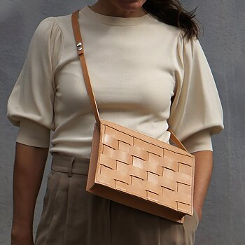 NÄVER SMALL SHOULDER BAG IN NATURE LEATHER