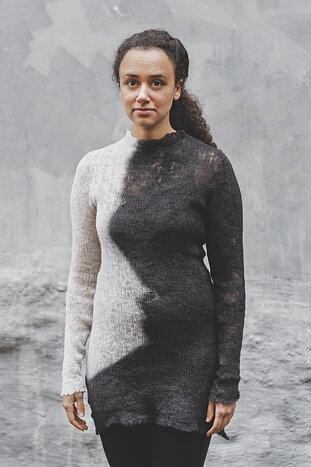 Handfärgad lång tröja med rå kanter