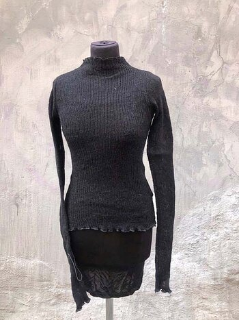 Kort tröja i lättfiltad ull svart