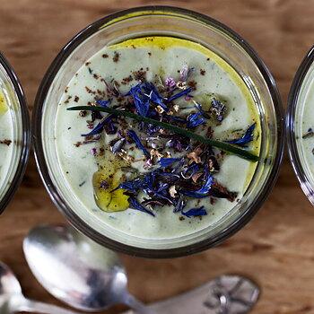 Kall Gurk- och Avokadosoppa toppad med ätbara blommor