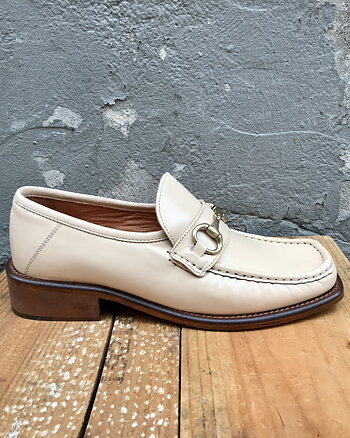 Creme Buckle Loafer från Apair