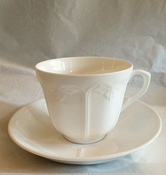 Diné tea cup with saucer
