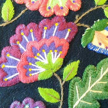 Kuddfodral handbroderad ull svart blomma