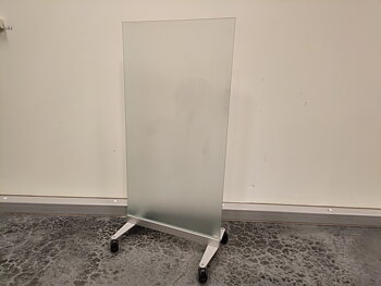 ISKU floor screens in glass with wheels