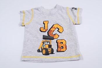 Grå kortärmad tröja med tryck från JCB i storlek upp till 3 mån