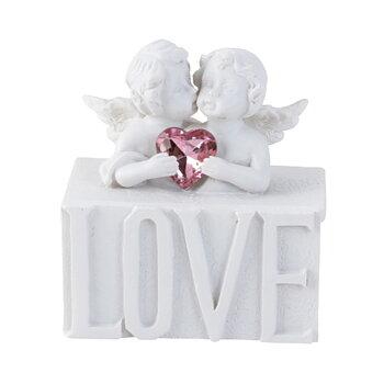 Änglar med hjärta på låda och texten LOVE