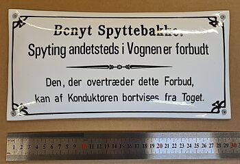 Emaljeskilt: Benyt Spyttebakke.