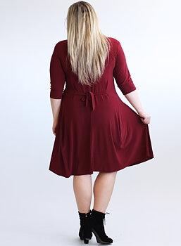 Klänning med knappar och vippig kjol, vinröd